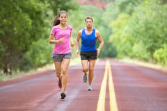 体育-跑在路训练马拉松的夫妇 免版税图库摄影