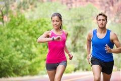 体育-跑的健身混杂的夫妇训练 库存图片