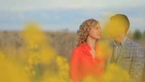 体贴拥抱美好的平安的夫妇的特写镜头画象,当享受开花的自然视图时 股票视频