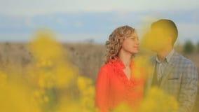 体贴拥抱美好的平安的夫妇的特写镜头画象,当享受开花的自然视图时 影视素材