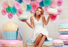 体贴的妇女用大蛋白软糖选择甜点 免版税库存图片