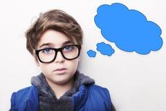 体贴的年轻与空的想法泡影的男孩佩带的玻璃 库存照片