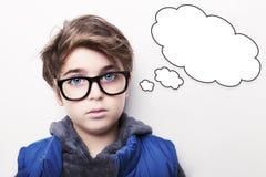 体贴的年轻与空的想法泡影的男孩佩带的玻璃 免版税库存照片