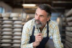 体贴的男性陶瓷工在瓦器车间 库存照片