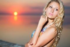 体贴的白肤金发的妇女画象  图库摄影