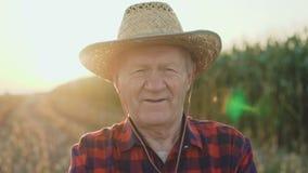 体贴的资深农夫的画象看照相机4K 影视素材