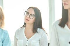 体贴的雇员在一次会议上在办公室 免版税库存图片