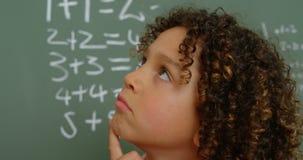 体贴的mixed-race女小学生特写镜头用在下巴身分的手在教室在学校4k 股票视频