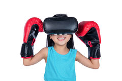 体验与boxi的亚裔中国小女孩虚拟现实 免版税图库摄影