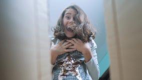 体验喜悦幸福惊奇的女小学生 情感正面概念儿童生活方式 慢动作录影 女孩 股票录像