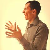 体验愤怒情感,恼怒的父亲的恼怒的人人浅黑肤色的男人 免版税库存图片