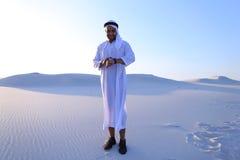 体验新的iWatc的英俊的阿拉伯商人画象  库存图片