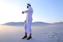 体验新的iWatc的英俊的阿拉伯商人画象  库存照片