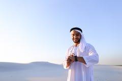 体验新的iWatc的英俊的阿拉伯商人画象  免版税图库摄影