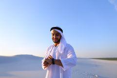 体验新的iWatc的英俊的阿拉伯商人画象  免版税库存照片