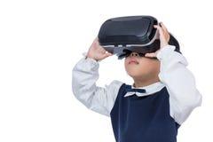 体验虚拟现实的亚裔矮小的中国女孩通过VR去 图库摄影