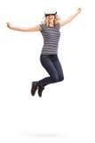 体验虚拟现实的快乐的妇女 免版税库存图片