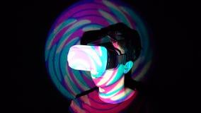 体验虚拟现实的白种人人,打电子游戏使用vr耳机 股票录像