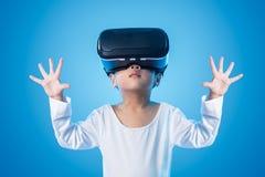 体验虚拟现实eyeglasss的亚裔中国小女孩 库存照片