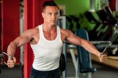 体质健身竞争者在健身房举的哑铃解决 免版税库存图片