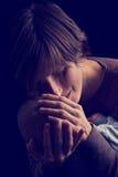 体贴抱着她的婴孩的爱恋的年轻母亲 图库摄影