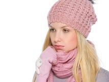 体贴的女孩画象冬天衣裳的 免版税库存图片