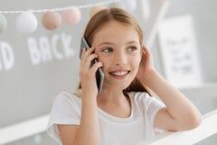 体贴的女性年轻人谈话在电话 库存图片