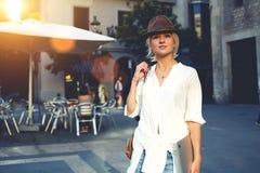 体贴的妇女在摆在户外在休闲时间的时髦衣裳穿戴了 免版税库存图片