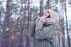 体贴的妇女以时髦的冬天时尚给做愿望穿衣 免版税库存图片