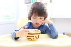 体贴的男孩(2 11年)吃汤 免版税库存图片