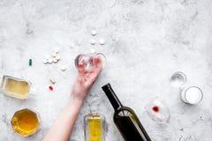 余醉未醒而难受的综合症状 alcoholisms 玻璃、瓶和药片在灰色背景顶视图拷贝空间 库存照片