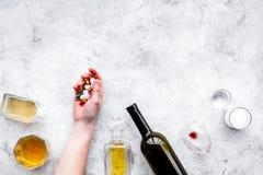 余醉未醒而难受的综合症状 alcoholisms 玻璃、瓶和药片在灰色背景顶视图拷贝空间 免版税库存照片