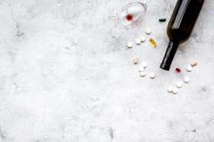 余醉未醒而难受的综合症状 alcoholisms 玻璃和药片在灰色背景顶视图拷贝空间 免版税库存图片
