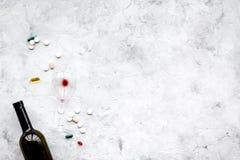余醉未醒而难受的综合症状 alcoholisms 玻璃和药片在灰色背景顶视图拷贝空间 免版税库存照片