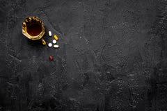 余醉未醒而难受的综合症状 alcoholisms 玻璃和药片在黑背景顶视图拷贝空间 图库摄影