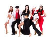 余兴节目在葡萄酒服装穿戴的舞蹈家队 免版税库存图片