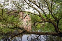 佛兰芒样式大厦在Minnewater湖,童话风景 免版税库存照片