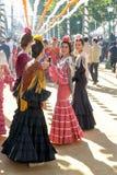 佛拉明柯舞曲样式的美丽的少妇穿戴在塞维利亚` s 4月市场 库存照片