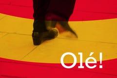 佛拉明柯舞曲鞋子的运动在舞蹈表现期间的,有西班牙旗子背景 库存图片