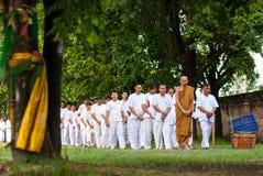 佛教人步行和在寺庙附近祈祷 库存照片