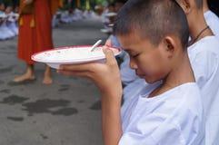 佛教人民祈祷并且祝愿,曼谷,泰国 免版税库存照片