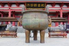 佛教古铜色大锅在Chongshen修道院里。 免版税库存照片