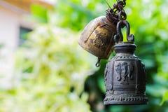 佛教响铃 与一件全国装饰品的响铃在自然背景 库存图片