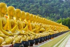 佛教圣徒金黄雕象  库存图片