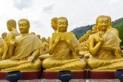 佛教圣徒金黄雕象  免版税库存图片
