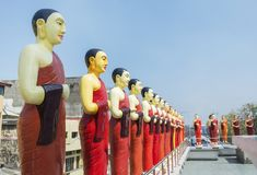 佛教圣徒雕象寺庙的屋顶的在科伦坡 免版税库存照片