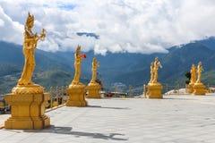 佛教在顶端女神小山金黄雕象在Kuensel Phodrang自然公园,廷布,不丹 免版税图库摄影