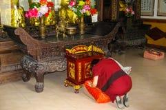佛教妇女祈祷 库存图片