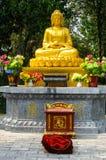 佛教妇女祈祷 免版税库存图片
