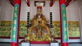 佛教寺庙内部在金黄菩萨雕象附近的在芭达亚,泰国 股票录像